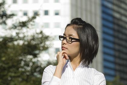 女性 考える 眼鏡