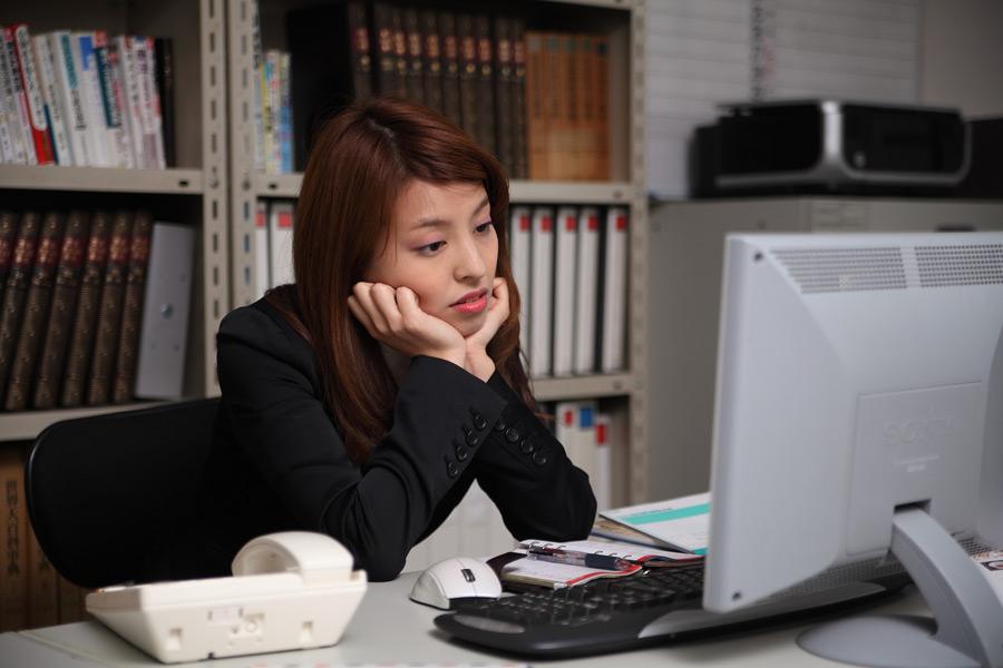 女性 悩む ビジネス PC